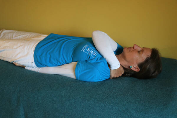 Anleitung BETREUERSTRÖME 2 - RE HA bleibt auf linker Schulter LI HA mit Handfläche oder -rücken auf den Sitzbeinhöcker (SES 25)