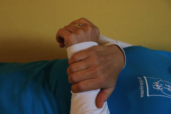 Erste Hilfe mit Jin Shin Jyutsu - Herz-Kreislauf stabilisieren: Das Handgelenk mit der anderen Hand sanft umfassen