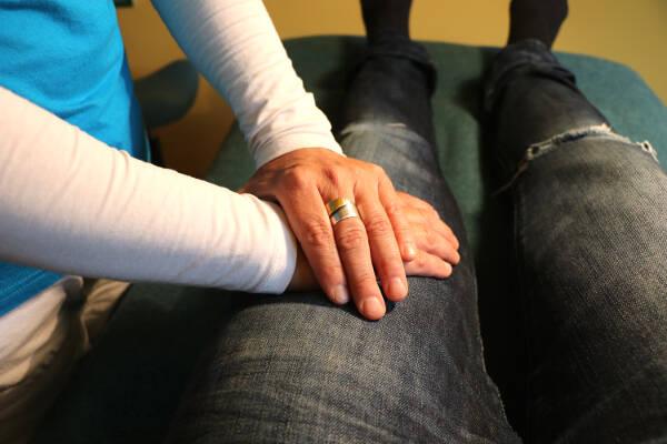 Erste Hilfe mit Jin Shin Jyutsu - Prellungen, Wundheilung, Blutungen: Rechte Hand leicht anlegen, linke darüber