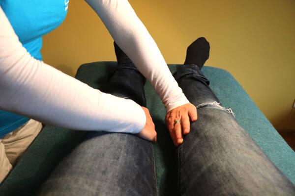 Erste Hilfe mit Jin Shin Jyutsu - Verschlucken: Innenseite der Knie halten