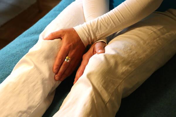 Erste Hilfe mit Jin Shin Jyutsu - Verschlucken: Innenseite der Knie halten (selbst)