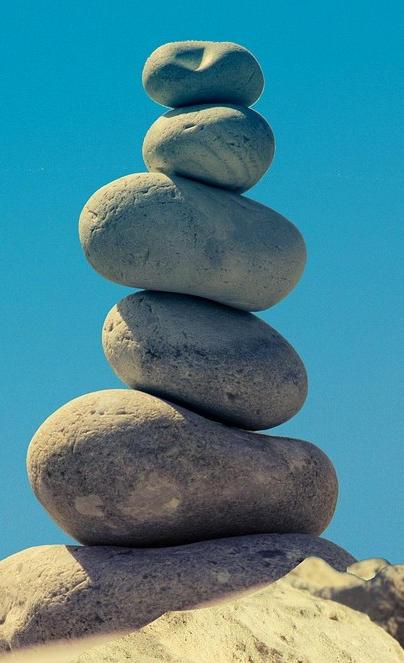 """Ein Stein-""""Mandl"""" vor blauem Himmel"""